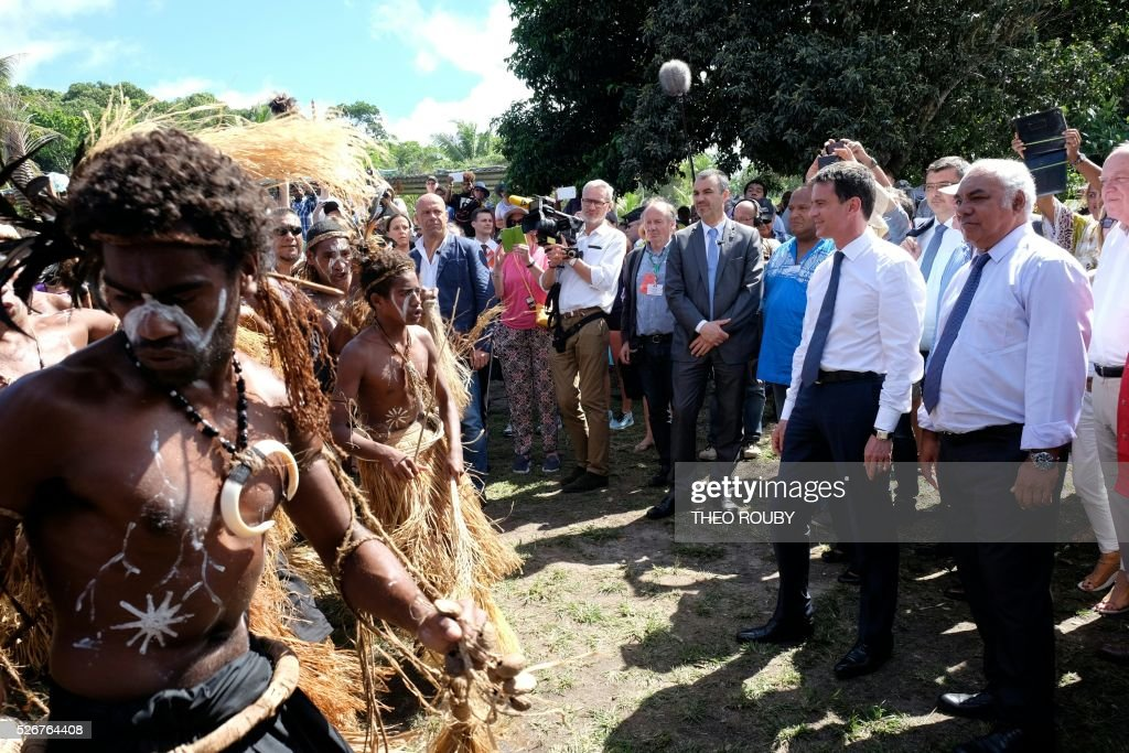 French Prime Minister Manuel Valls (2nd-R) visits the Easo touristic area on the island of Lifou in New Caledonia on May 1, 2016. / AFP / Th��o Rouby