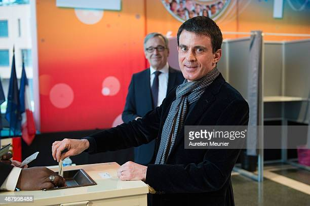 French Prime Minister Manuel Valls votes during the second round of the French Departemental local elections on March 29 2015 in Evry France The...