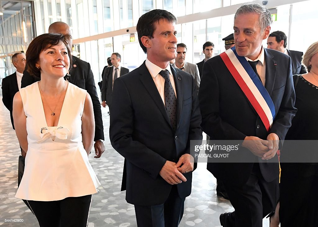 French Prime Minister Manuel Valls (C) walks with Mayor of Montpellier Philippe Saurel (R) and Carole Delga (L), president of the regional council of Occitanie, on July 1, 2016, during a visit in Montpellier, southern France. / AFP / PASCAL