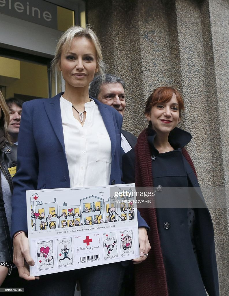 French Red Cross ambassador Adriana Karembeu (L) poses during a press presentation of five new Red Cross stamps designed by French illustrator Penelope Bagieu (R), edited by French postal service La Poste, on Novembre 14, 2012 in Paris. AFP PHOTO / PATRICK KOVARIK