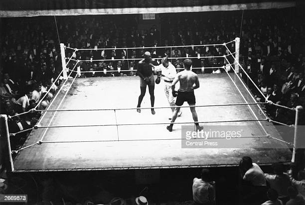 French referee Georges Carpentier intervenes during the bout between Jack Johnson and Frank Moran in Paris