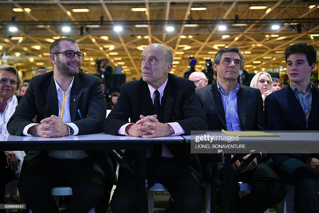 French right-wing Les Republicains (LR) party member, foreseen as the frontrunner for next year's presidential election, Alain Juppe (C) and former French Prime Minister and right-wing Les Republicains (LR) parliament member Francois Fillon (R) look on during the LR National Council on February 13, 2016 in Paris. AFP PHOTO / LIONEL BONAVENTURE / AFP / LIONEL BONAVENTURE