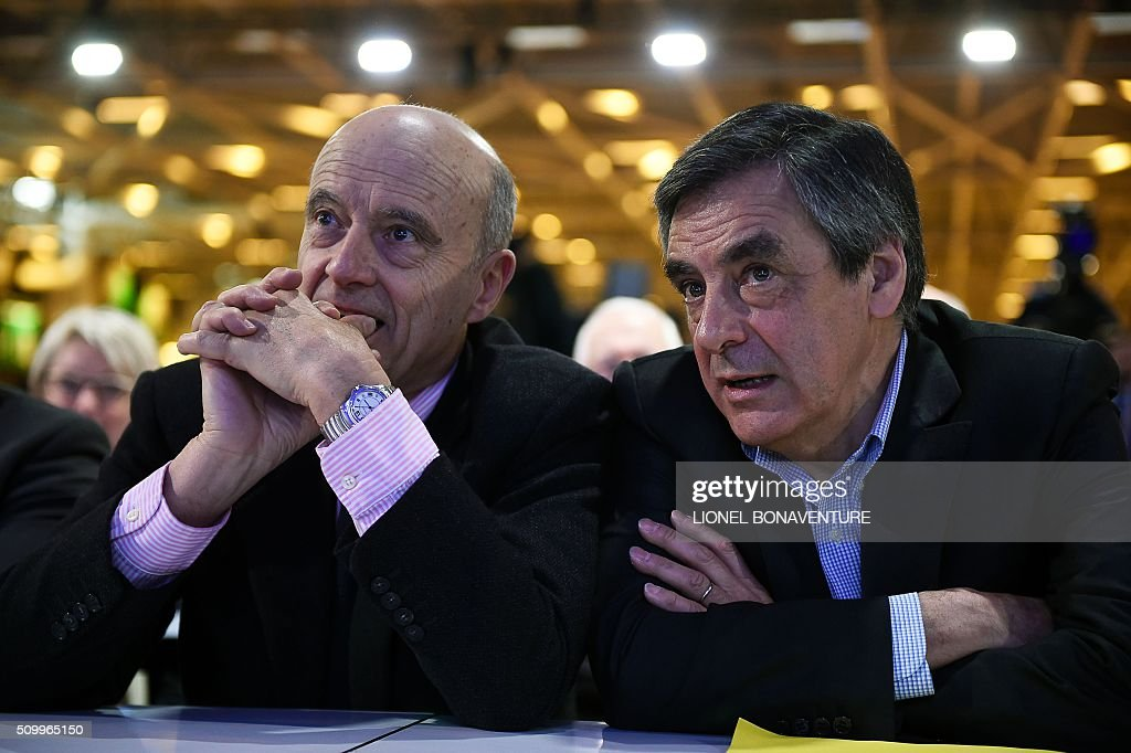 French right-wing Les Republicains (LR) party member, foreseen as the frontrunner for next year's presidential election, Alain Juppe (L) and former French Prime Minister and right-wing Les Republicains (LR) parliament member Francois Fillon (R) talk as they look on during the LR National Council on February 13, 2016 in Paris. AFP PHOTO / LIONEL BONAVENTURE / AFP / LIONEL BONAVENTURE