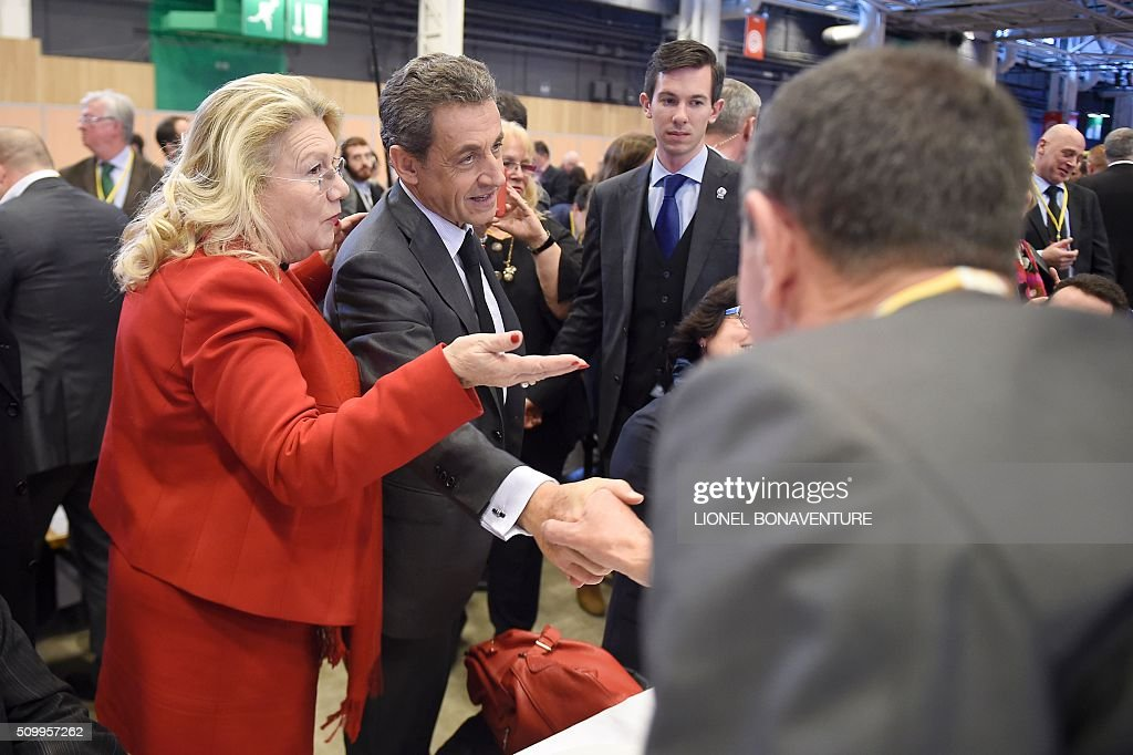 French right-wing Les Republicains (LR) party President, Nicolas Sarkozy (C) meets with militants during the LR National Council on February 13, 2016 in Paris. AFP PHOTO / LIONEL BONAVENTURE / AFP / LIONEL BONAVENTURE