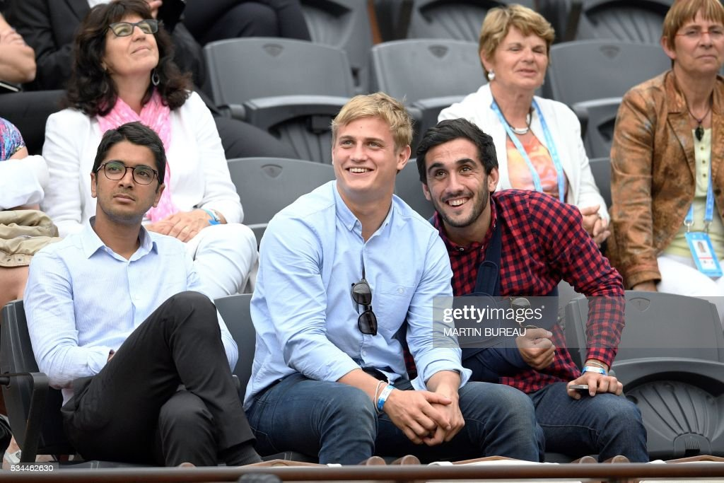 French rugby union player Jules Plisson (C) attends the women's second round match between Hungary's Timea Babos and France's Kristina Mladenovic at the Roland Garros 2016 French Tennis Open in Paris on May 26, 2016. / AFP / MARTIN