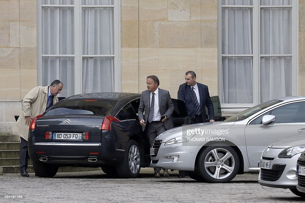 French Senate President Jean-Pierre Bel (C) arrives at the Hotel Matignon, the French prime minister's official residence in Paris for a meeting, on August 26, 2014. France's prime minister was set to appoint a new cabinet on August 26 after tendering his government's resignation amid a row over economic policy, plunging the country into a fresh political crisis.