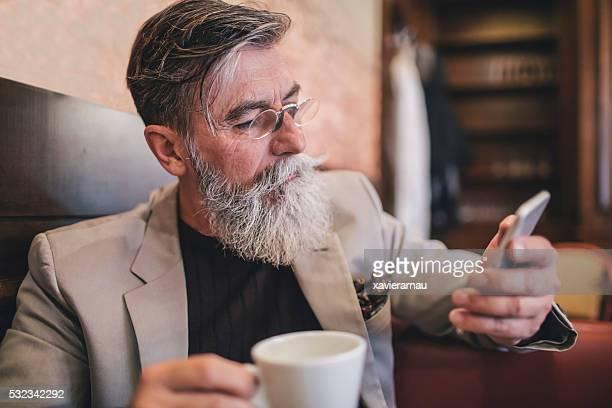 Französische Alter Mann SMS auf Mobiltelefon