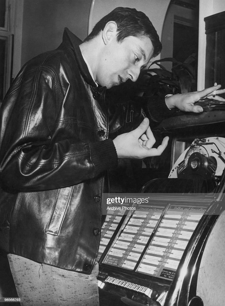 French singer, actor and director <a gi-track='captionPersonalityLinkClicked' href=/galleries/search?phrase=Serge+Gainsbourg&family=editorial&specificpeople=775960 ng-click='$event.stopPropagation()'>Serge Gainsbourg</a> (1928 - 1991) peruses a jukebox, 15th October 1959.