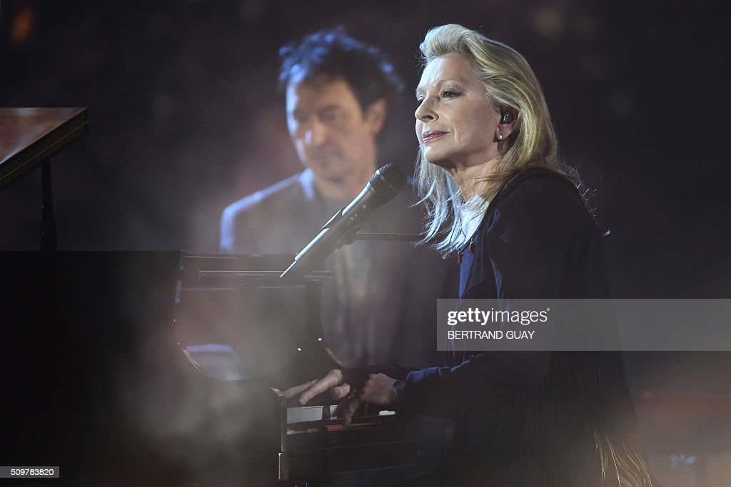 French singer and songwriter Veronique Sanson (R) performs on stage during the 31st Victoires de la Musique, the annual French music awards ceremony, on February 12, 2016 at the Zenith concert hall in Paris. AFP PHOTO / BERTRAND GUAY / AFP / BERTRAND GUAY