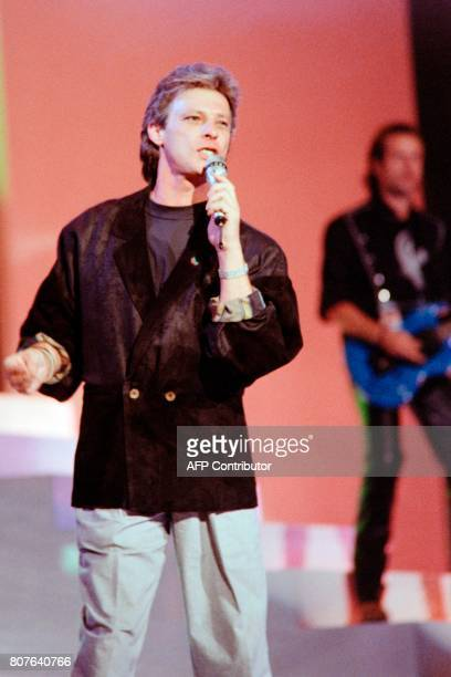 French singer Herbert Leonard performs during the TV show 'Lahaye d'Honneur' on channel La Cinq on September 25 in Paris / AFP PHOTO / Georges...