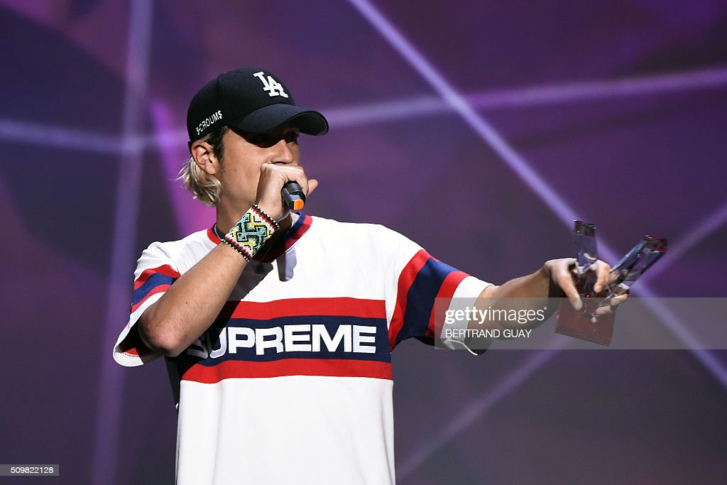 French singer Ken Samaras aka Nekfeu speaks after receiving the best urban music album award during the 31st Victoires de la Musique, the annual French music awards ceremony, on February 12, 2016 at the Zenith concert hall in Paris. AFP PHOTO / BERTRAND GUAY / AFP / BERTRAND GUAY