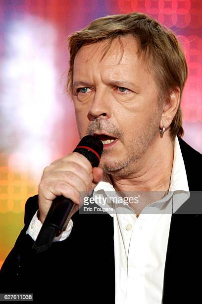 French singer Renaud performs on the set of Pascal Sevran's TV show 'Chanter La Vie'