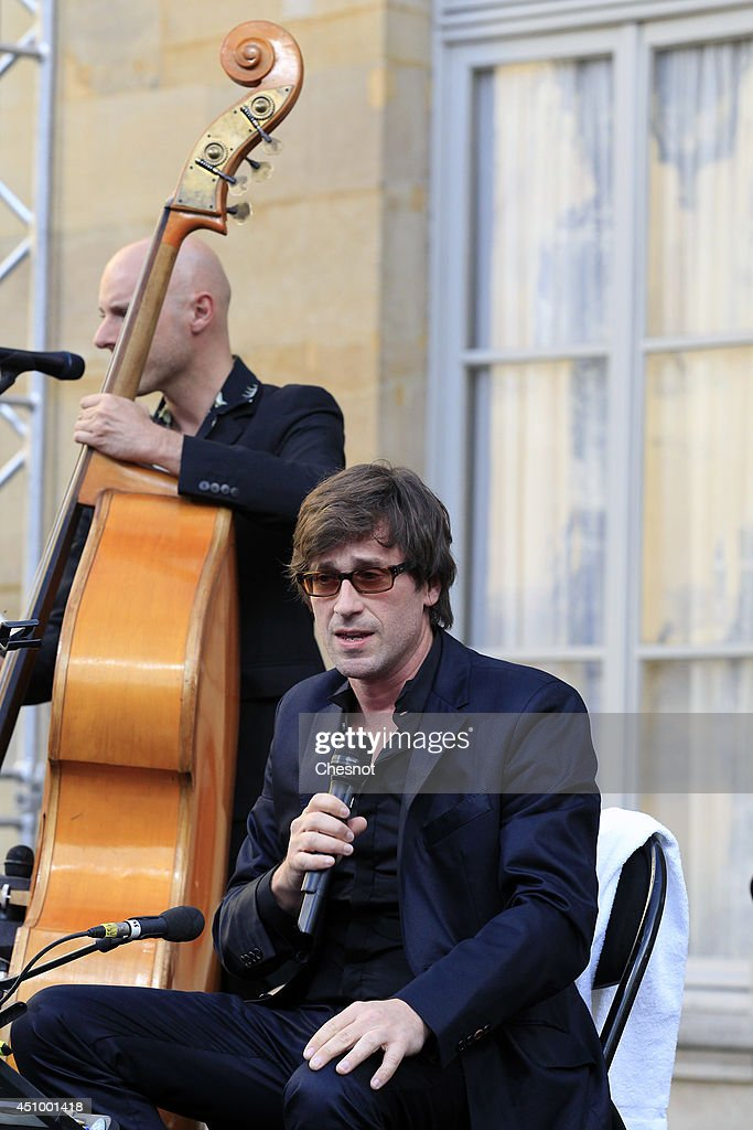 French singer Thomas Dutronc plays music during the 33rd edition of the annual music event 'La Fete de la musique' on June 21at the Hotel Matignon in...