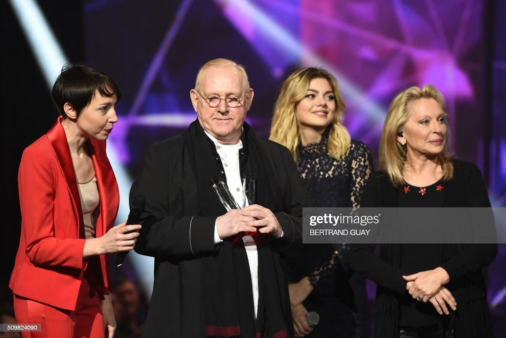 French singers Jeanne Cherhal (L), Louane (2nd R) and Veronique Sanson (R) look at French singer and composer William Sheller (2nd L) after he received a special honour during the 31st Victoires de la Musique, the annual French music awards ceremony, on February 12, 2016 at the Zenith concert hall in Paris. AFP PHOTO / BERTRAND GUAY / AFP / BERTRAND GUAY