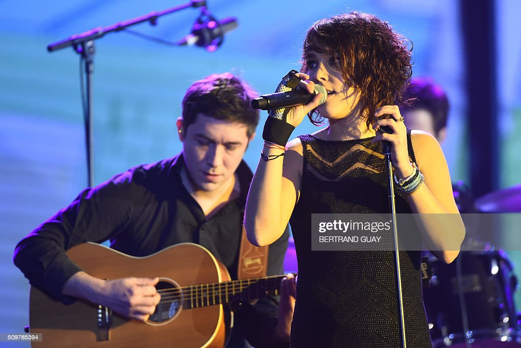 French singer-songwriter Isabelle Geffroy aka Zaz (R) performs on stage during the 31st Victoires de la Musique, the annual French music awards ceremony, on February 12, 2016 at the Zenith concert hall in Paris. AFP PHOTO / BERTRAND GUAY / AFP / BERTRAND GUAY