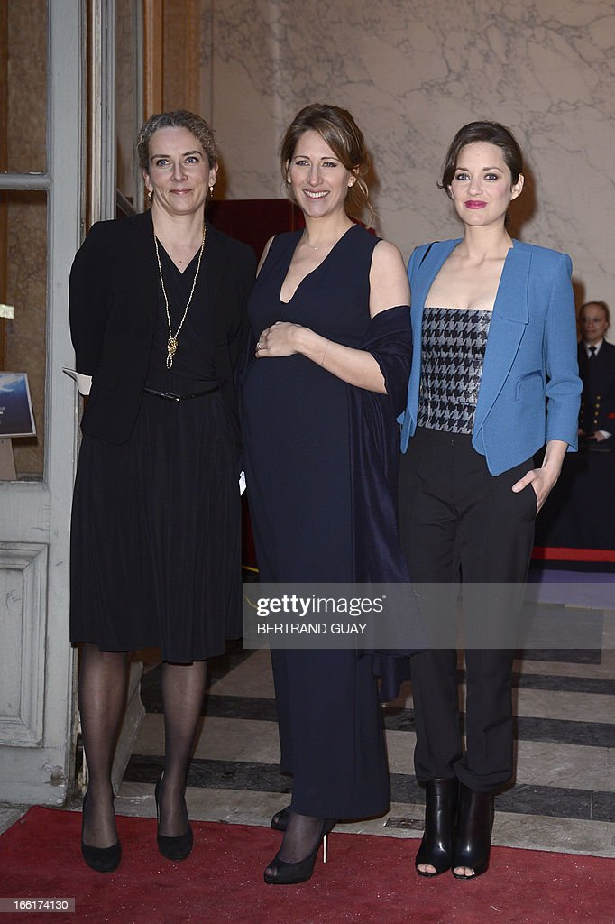 French skipper Maud Fontenoy (C) poses with French Ecology Minister Delphine Batho (L) and French actress Marion Cotillard, on April 9, 2013, at the Hotel de la Marine in Paris, prior to the yearly charity gala organized by the Maud Fontenoy's Foundation (to preserve oceans).