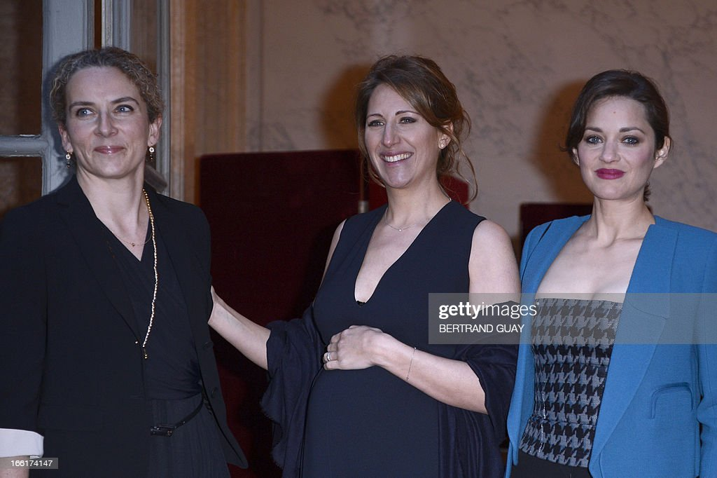 French skipper Maud Fontenoy (C) poses with French Ecology Minister Delphine Batho (L) and French actress Marion Cotillard, on April 9, 2013, at the Hotel de la Marine in Paris, prior to the yearly charity gala organized by the Maud Fontenoy's Foundation (to preserve oceans). AFP PHOTO / BERTRAND GUAY