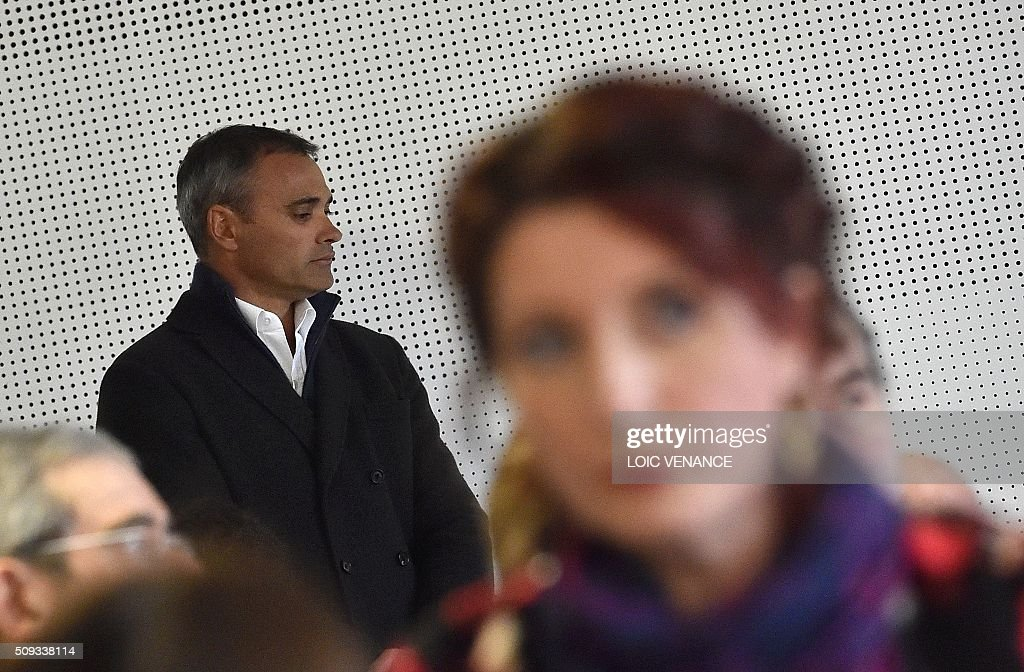 French skipper Yann Guichard (L) waits for the start of his trial next to Virginie Le Namouric at the courthouse of Lorient, western France, on February 10, 2016. On June 16, 2015 his multihull Spindrift 2 hit a race official boat at the start of the 9th Leg of the Volvo Ocean Race between Lorient and Goteborg, off the coast of Lorient. Virginie Le Namouric lost a leg in the accident. / AFP / LOIC VENANCE