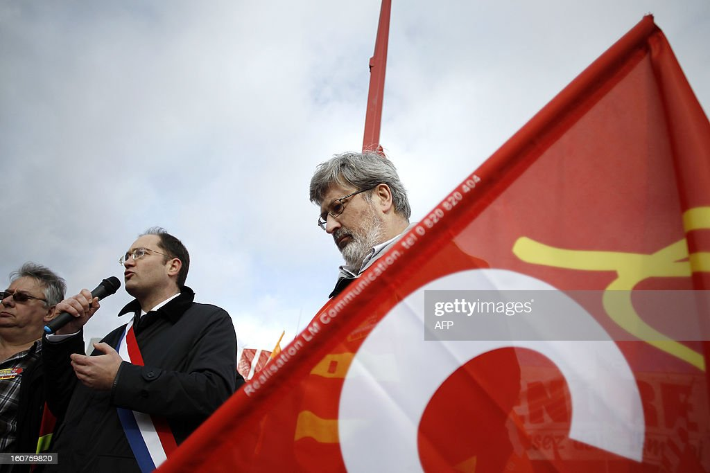 French socialist (PS) MP Guillaume Bacheley (L) talks to Petroplus oil refinery workers, during a protest outside the Petroplus oil refinery, on February 5, 2013 in Petit-Couronne, northwestern France. A French court ordered last October the liquidation of Petit-Couronne oil refinery despite two offers for the site that employs 470 people. Investors have until this evening to make bids for the business, and the Minister for Industrial Regeneration Arnaud Montebourg said on RTL radio early in the day that the government expected several offers. AFP PHOTO / CHARLY TRIBALLEAU