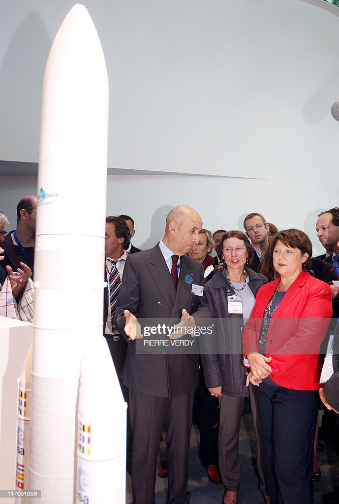 French Socialist Party (PS) general secretary Martine Aubry (L) listens to EADS Chairman Louis Gallois in front of a model of the Ariane 5 rocket during her visit at the International Paris Air Show at the Le Bourget Airport on June 20, 2011. AFP PHOTO PIERRE VERDY
