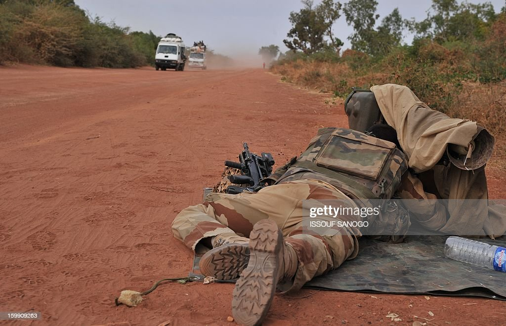 A French soldier mans a forward position outside the city of Diabaly, on January 22, 2013. The EU executive today announced 20 million euros of extra humanitarian aid to help tens of thousands of Malians fleeing fighting in the nation's north and centre, its second such donation in as many months. AFP PHOTO / ISSOUF SANOGO