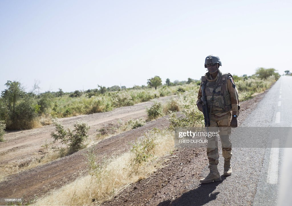 A French soldier stands guard near Markala, on January 18, 2013. France now has 1,800 troops on the ground in Mali, inching closer to the goal of 2,500 it plans to deploy in its African former colony, Defence Minister Jean-Yves Le Drian said today. That was 400 more than a day earlier, said the minister as he met with French special forces in the western port of Lorient. The troops have been sent to help the Malian army regain control of the north from Islamist groups. AFP PHOTO / FRED DUFOUR