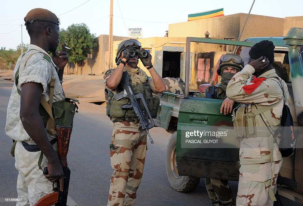 French soldiers arrive on February 10, 2013 in the Malian northern city of Gao. Fights between Islamist rebels and Malian soldiers broke out in the center of Gao, recently taken over by the French military to Malian armed Islamist groups, hit by two suicides bombings within two days. AFP PHOTO / PASCAL GUYOT
