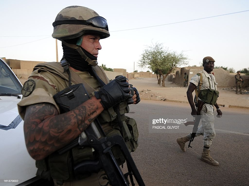 French soldiers arrive on February 10, 2013 in the Malian northern city of Gao to evacuate journalists as fights between Islamist rebels and Malian soldiers broke out in the center of Gao, recently taken over by the French military to Malian armed Islamist groups. AFP PHOTO / PASCAL GUYOT