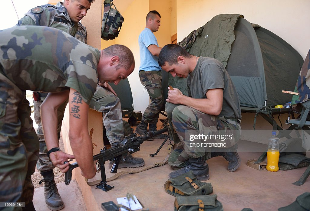 French soldiers from the 21st Rima prepare a AA52 machine gun, near the Malian army 101 airbase, where French troops are stationed, on January 18, 2013, near Bamako. France now has 1,800 troops on the ground in Mali, inching closer to the goal of 2,500 it plans to deploy in its African former colony, Defence Minister Jean-Yves Le Drian said today. That was 400 more than a day earlier, said the minister as he met with French special forces in the western port of Lorient. The troops have been sent to help the Malian army regain control of the north from Islamist groups. AFP PHOTO / ERIC FEFERBERG