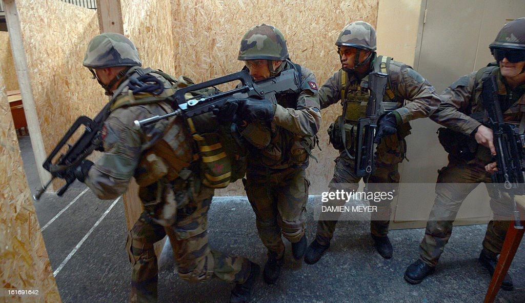 French soldiers from third RIMA (Marine Infantry Regiment) take part in a drill , on February 14, 2013 in Meucon western France. AFP PHOTO / DAMIEN MEYER