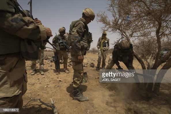 French soldiers of the 92nd Infantery Regiment look for dig a hole in the ground on April 10 105 kms north of the northeastern Malian city of Gao in...