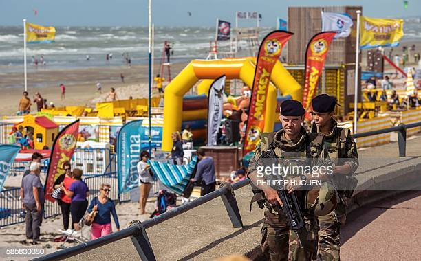 French soldiers patrol during Sentinelle military force security mission on the seafront of Le Touquet on August 4 2016 / AFP / PHILIPPE HUGUEN