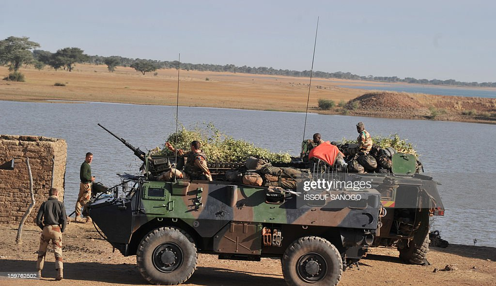 French soldiers stand guard next to the Niger river on January 20, 2013 near city of Markala, about 260 kms northeast of the capital Bamako and 60 kms. A spokesman for the French military operation codenamed Serval said on January 20 that French forces were advancing towards Mali's Islamist-held north after taking up positions in the towns of Niono and Sevare. AFP PHOTO / ISSOUF SANOGO