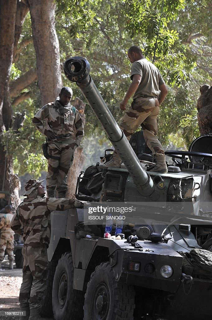 French soldiers work on a tank on January 20, 2013 in the city of Niono, about 350 kms (220 miles) northeast of the capital Bamako and 60 kms south of Diabaly, which was seized on January 14 by Islamists and then heavily bombed by French warplanes. A spokesman for the French military operation codenamed Serval said on January 20 that French forces were advancing towards Mali's Islamist-held north after taking up positions in the towns of Niono and Sevare. SANOGO