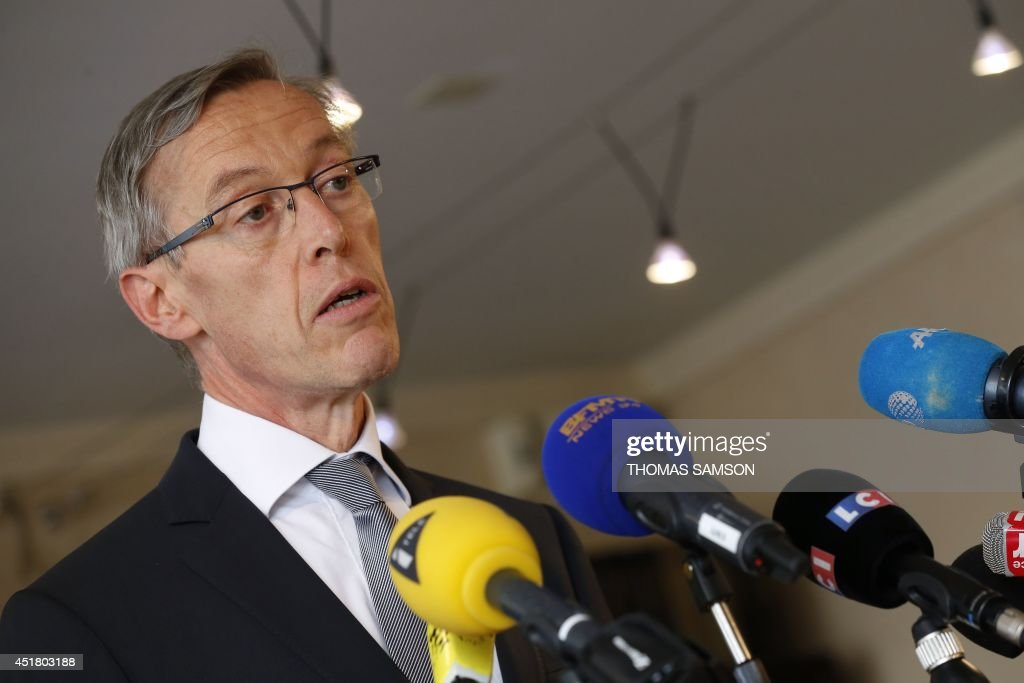 French state posecutor of Evry, <b>Eric Lallement</b>, delivers a press conference <b>...</b> - french-state-posecutor-of-evry-eric-lallement-delivers-a-press-in-picture-id451803188