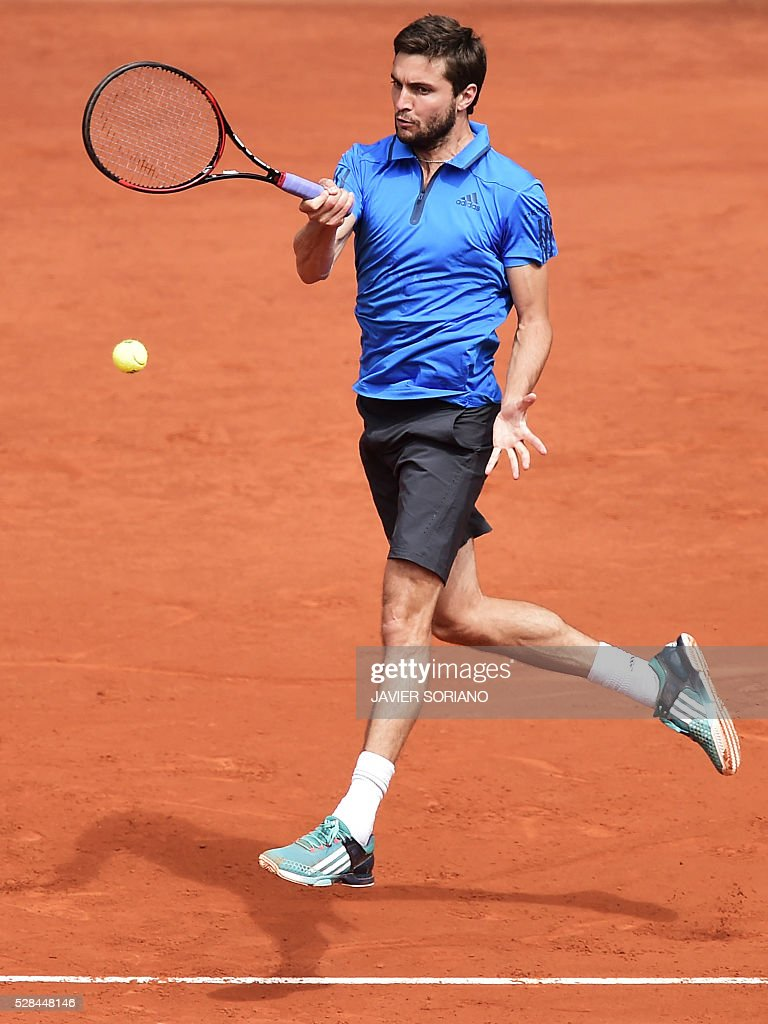 French tennis player Gilles Simon returns a ball to British tennis player Andy Murray during the Madrid Open tournament at the Caja Magica (Magic Box) sports complex in Madrid on May 5, 2016. / AFP / JAVIER