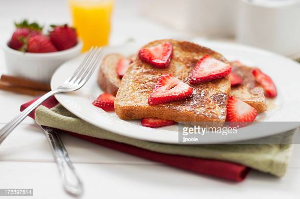 Pain perdu et des fraises petit déjeuner