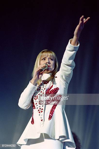 French TV host and singer Dorothée performs on January 2 1993 at the Bercy concert hall in Paris / AFP / JOEL ROBINE