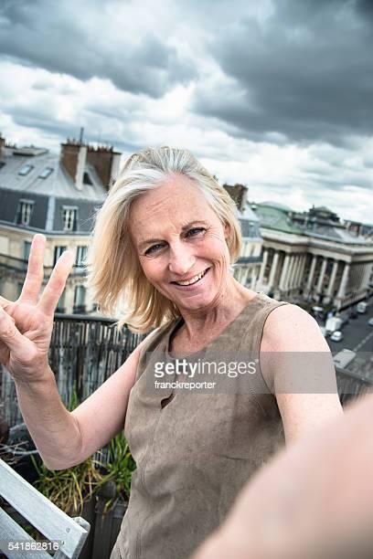 Français femme prendre un selfie sur le toit à Paris