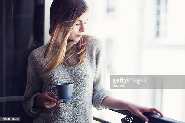 フランス女性、キャップ付きのコーヒー