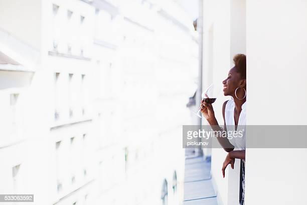 Français femme avec verre de vin
