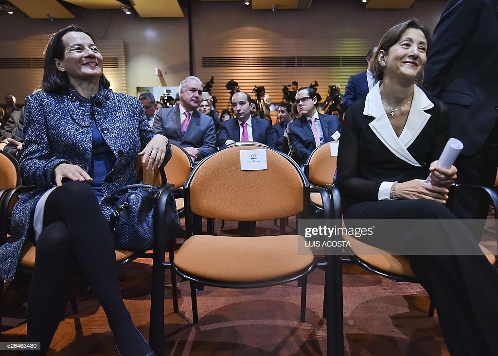 French-Colombian politician and former hostage Ingrid Betancourt (R) and Colombian fomer hostage Clara Rojas (L) talk during a the forum 'The Reconciliation, more than Magic Realism' in Bogota on April 5, 2016. / AFP / LUIS