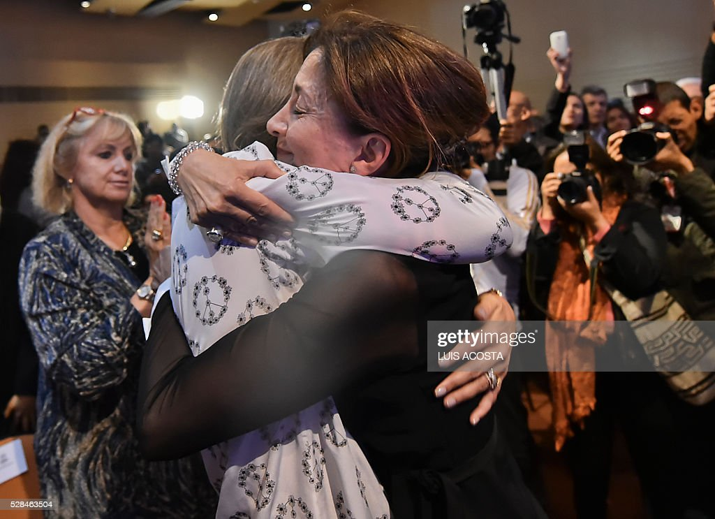 French-Colombian politician and former hostage Ingrid Betancourt (R) embraces Colombian Firts Lady Maria Clemencia de Santos during the forum 'The Reconciliation, more than Magic Realism' in Bogota on April 5, 2016. / AFP / LUIS