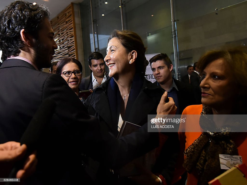 French-Colombian politician and former hostage Ingrid Betancourt (C) talks with people during the forum 'The Reconciliation, more than Magic realism' in Bogota on April 5, 2016. / AFP / LUIS