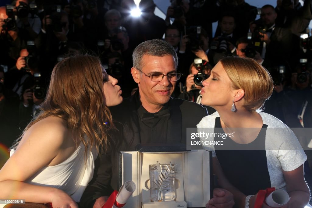 French-Tunisian director Abdellatif Kechiche poses on May 26, 2013 with his Palme d'Or award surrounded by French actresses Lea Seydoux (L) and Adele Exarchopoulos during a photocall at the 66th Cannes film festival in Cannes.