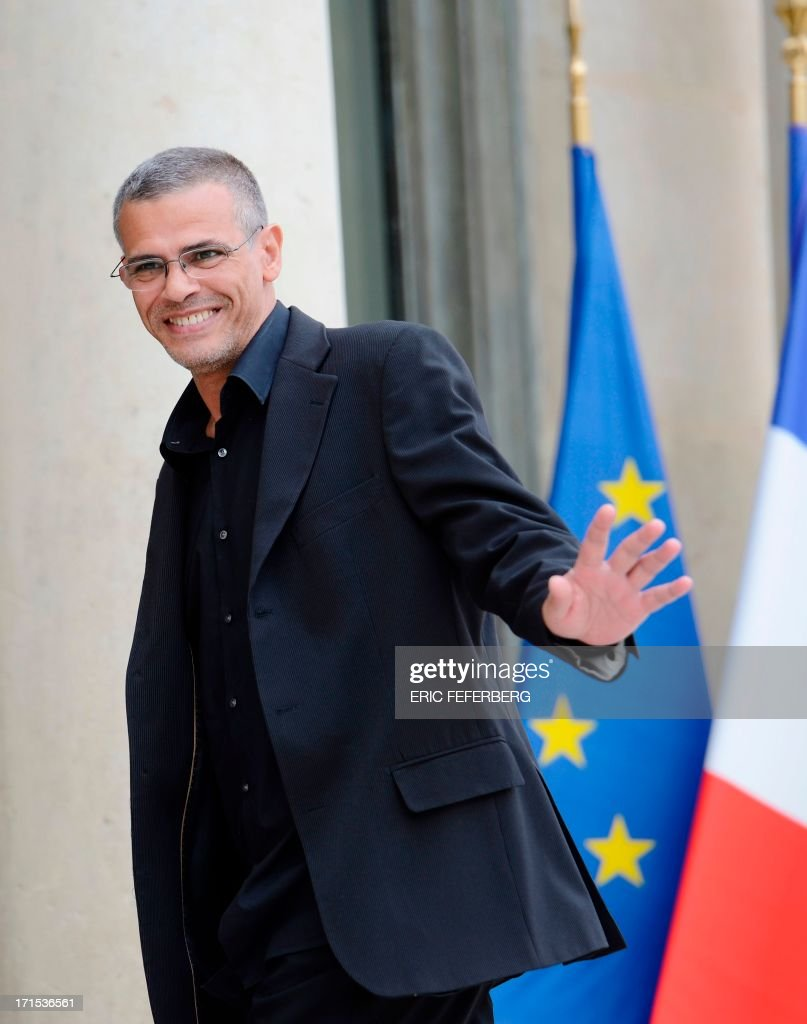French-Tunisian Director Abdellatif Kechiche waves on June 26, 2013 as he arrives at the Elysee palace in Paris for a lunch with the French President and the winners of the Palme d'Or at the Cannes Film Festival 2013. AFP PHOTO / ERIC FEFERBERG