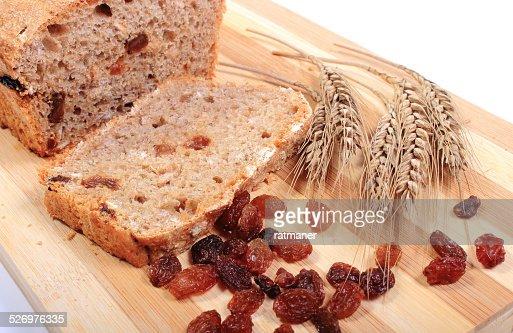 Pan recién horneado, orejas de trigo y pasas : Foto de stock