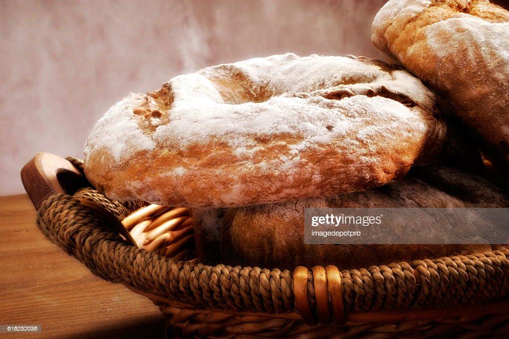 Pão fresco no cesto : Foto de stock