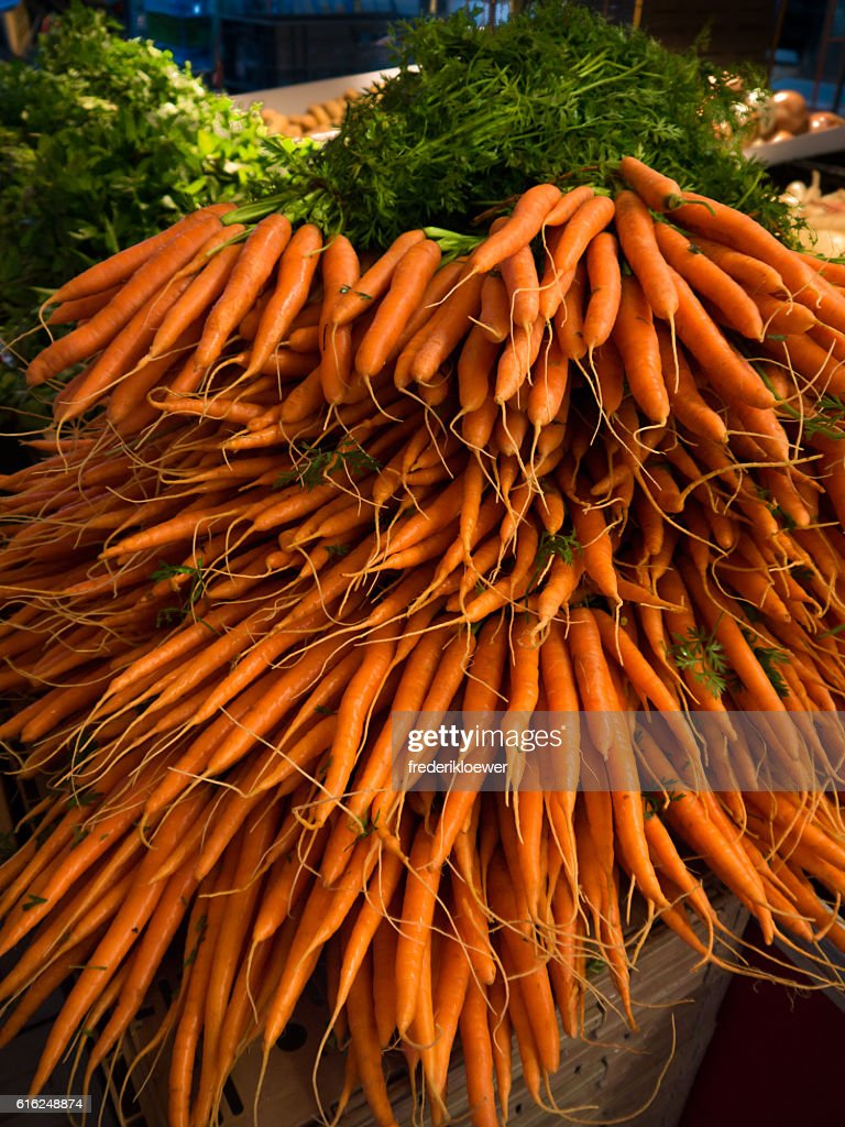 Fresh Carrots on a Market : Foto de stock