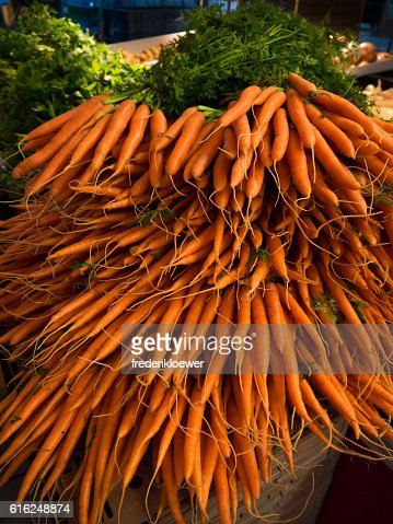 Fresh Carrots on a Market : Foto de stock